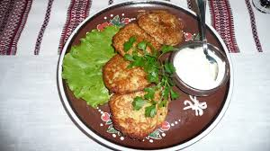 Kartoffelpuffer Rezept mit Salat und Kräuterquark