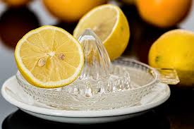 Zitronensaft auspressen